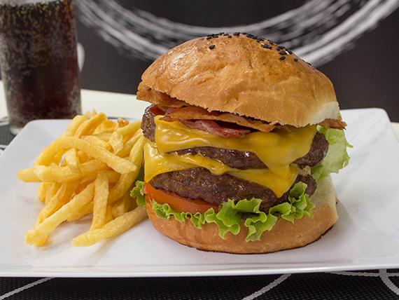 Combo maxxi - Maxxi burger + porción de papas pequeñas + gaseosa 250 ml