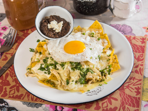Chilaquiles con frijoles