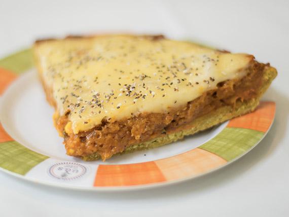 Tarta integral de calabaza, choclo, queso vegano y semillas.