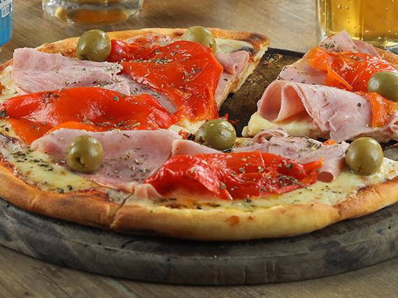 Pizza jamón de cerdo y morrones