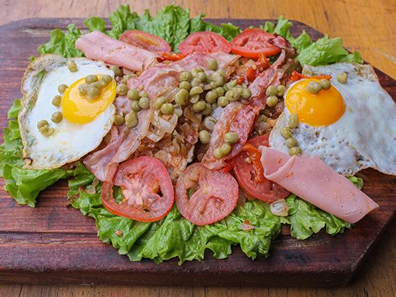 1/2 pollo a la riojana con ensalada mixta (comen 2 personas)