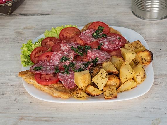 Suprema con muzzarella, longaniza y rodajas de tomate acompañada de papitas al horno