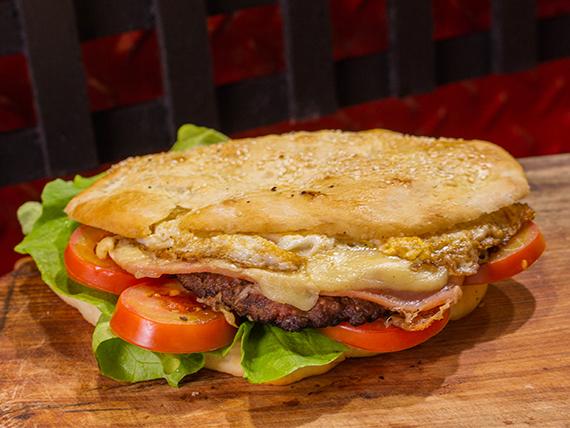 Hamburguesa gigante con jamón, queso, lechuga, tomate y huevo