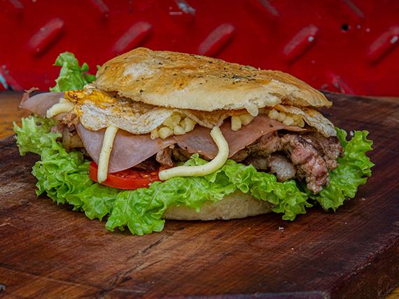 Sándwich de lomito con jamón, queso, lechuga, tomate y huevo