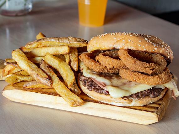 Burger francesa + papas fritas + bebida en lata