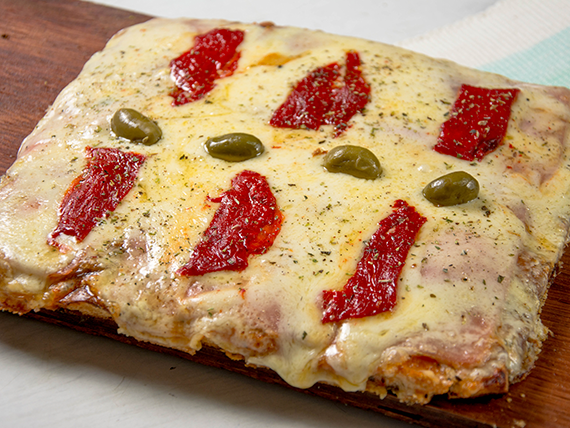 Pizza con jamón y morrones