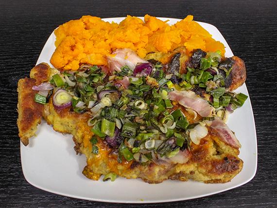 Milanesa con cheddar, panceta, verdeo y guarnición
