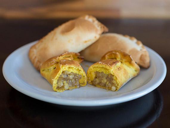 Empanada de cayote, quesillo y nuez