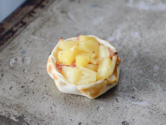 Canasta con jamón y ananá