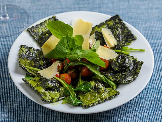 Raviolones de salmon al pesto con queso parmesano y tomates cherry