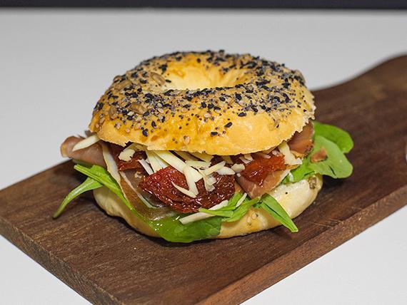 Sándwich bagel de jamón crudo