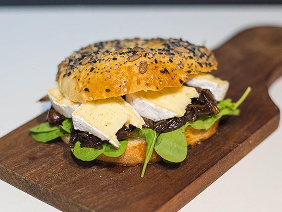 Sándwich baguel de queso camembert (veggie)