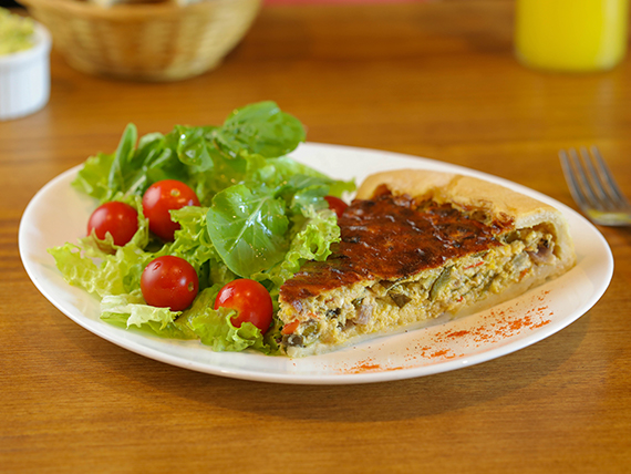 Tarta del día con ensalada
