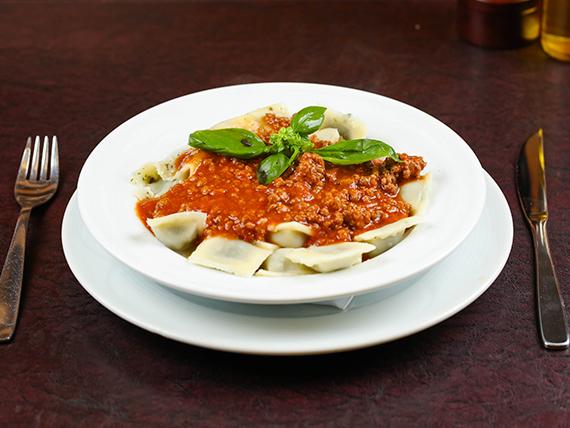 Ravioles de verdura con salsa a elección