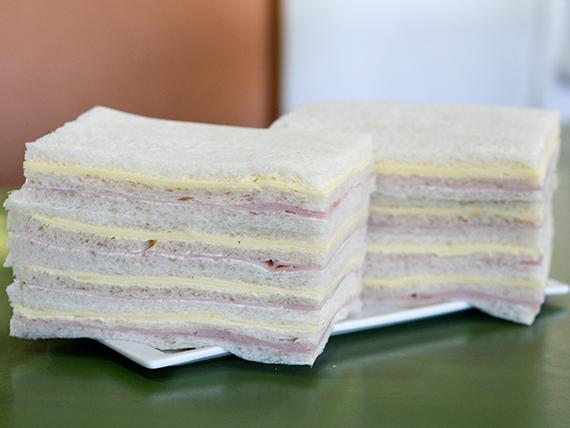 Sándwiches triples de jamón y queso