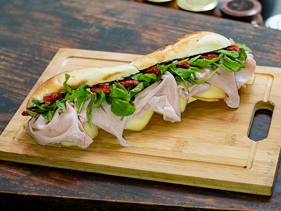Sándwich de jamón cocido y queso ahumado