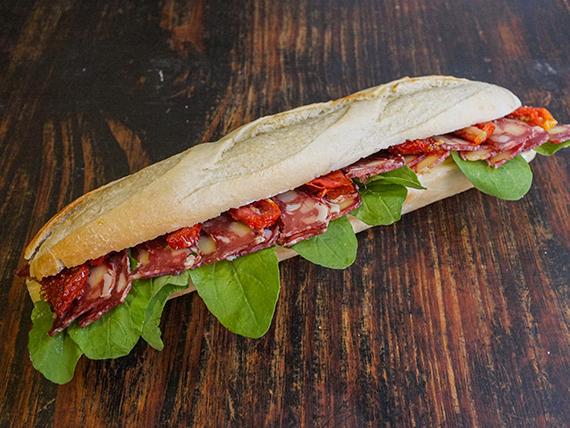 Sándwich de salame con provolone