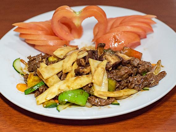 76 - Carne saltada con hongos y bambú