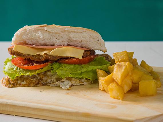 Sándwich completo con salsas y papas fritas