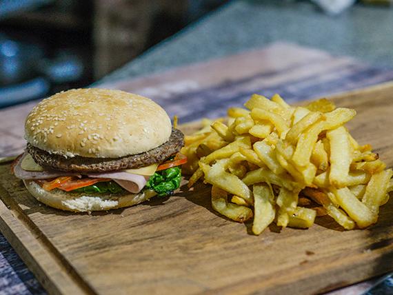Sándwich de hamburguesa completa con papas fritas