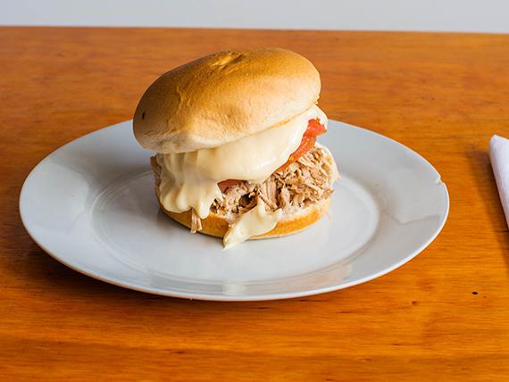 Lomito de cerdo con tomate y mayonesa