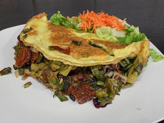 Omelette de espárragos, verdeo y tomates secos