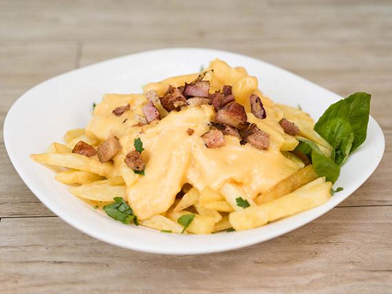 Papas fritas con cheddar y panceta (porción)