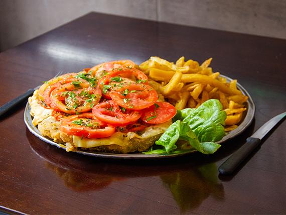 Pizza milanesa napolitana de ternera con papas fritas
