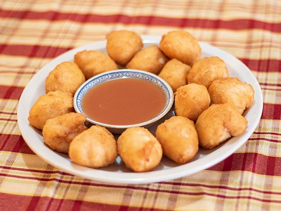 Buñuelos de camarón fritos con salsa agridulce