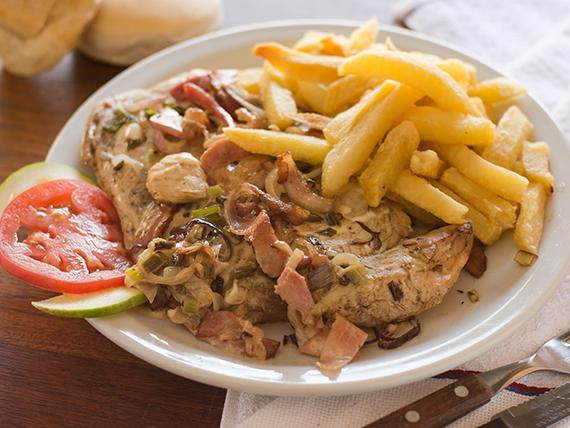 Pollo con salsa de verdeo y panceta con guarnición