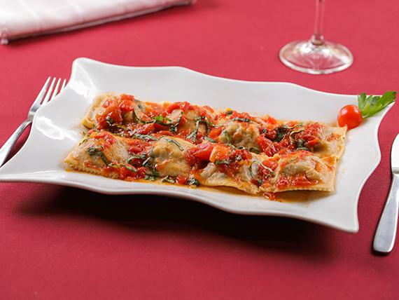 Raviolones de berenjenas con salsa del chef