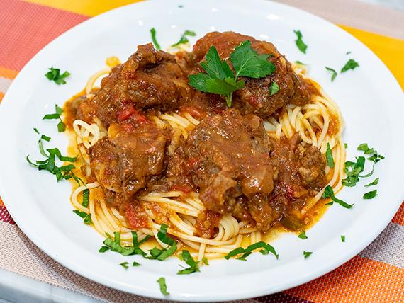 Spaghettis con estofado de carne