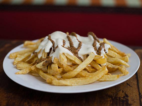 Porción de papas fritas grandes con chimi y mayonesa
