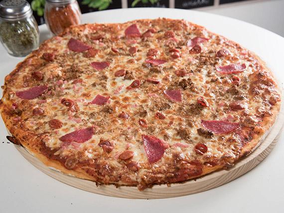 Pizza con todas las carnes familiar