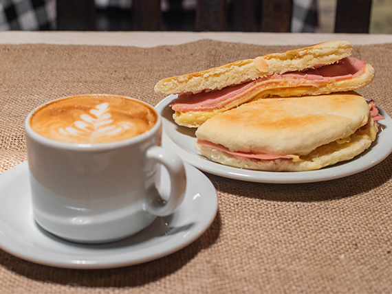 Desayuno - Cafe con leche + tostado de jamón y queso