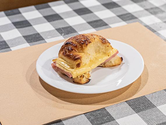 Medialuna con jamón y queso