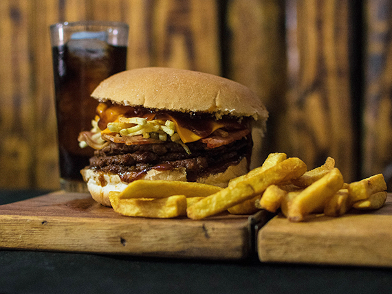 Combo - Bacon Cheese Burger + papas fritas o empanaditas de queso + bebida 350 ml
