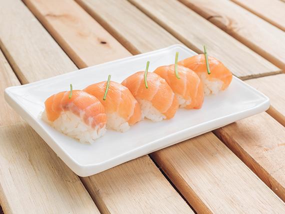 Niguiri de salmón rosado (5 piezas)