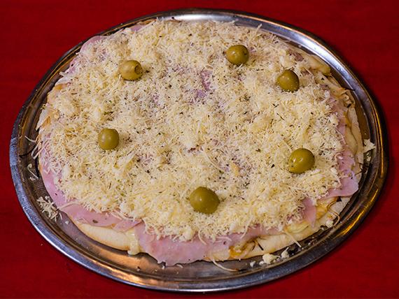 Pizza fugazzetta con jamón y provolone grande