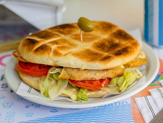 Sándwich caliente de milanesa de pollo