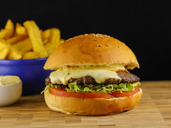 """Hamburguesa """"la que todos quieren"""" con papas fritas"""