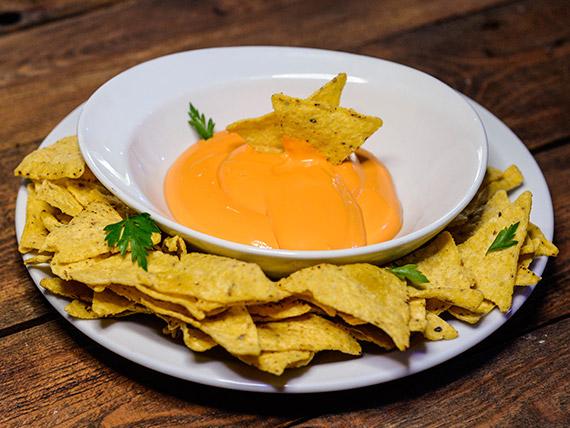 Porción de nachos con cheddar