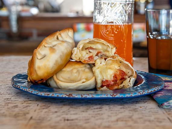 Empanada de queso, tomate y albahaca