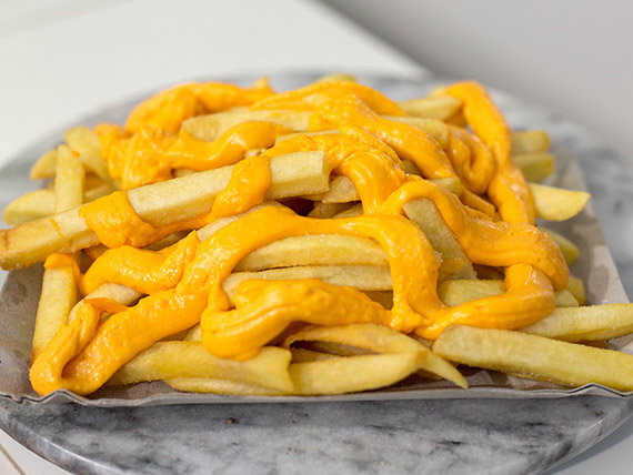 Papas fritas con queso cheddar