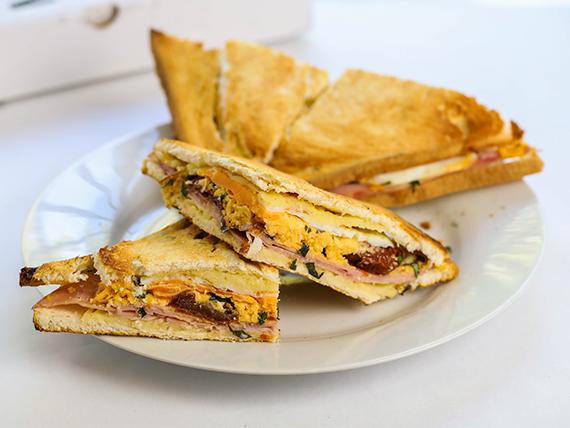 Sándwich caliente gourmet Di Roma