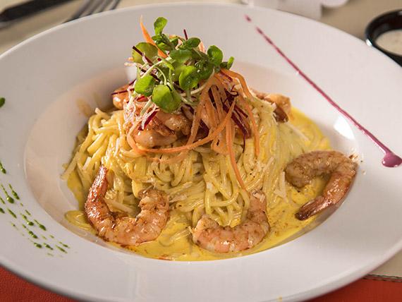 Espagueti a la huancaína con camarón a la plancha