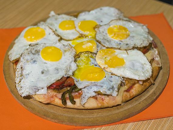 Pizza mexicana con picantes y huevos fritos