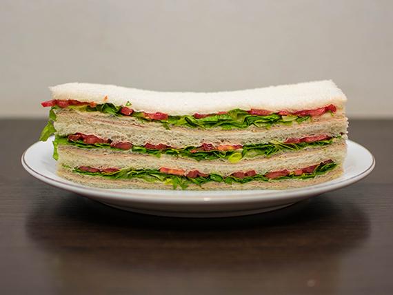 Sándwiches de ternera, lechuga y tomate