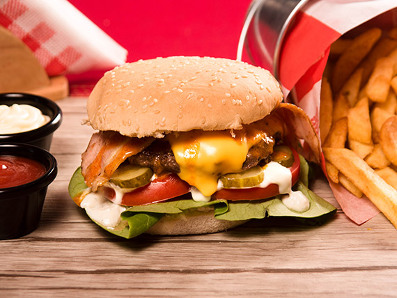 Smoky cheese burger (simple) + french fries pequeñas