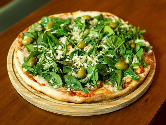 Pizza de rúcula y queso parmesano